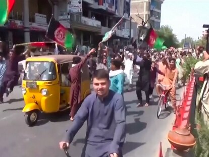 Captura de vídeo del momento en el que los talibanes empiezan a disparar a los manifestantes, este miércoles en Jalalabad (Afganistán).