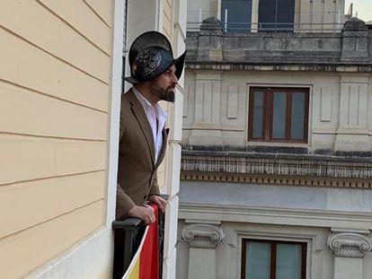Una imagen colgada en el twitter de Santiago Abascal que ha posado con un casco al estilo Hernán Cortés.