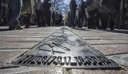 Placa en el suelo en homenaje a las víctimas