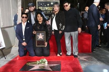 Desde la izquierda, Chris Perez, A.B. Quintanilla, Suzette Quintanilla, Marcella Samora y Abraham Quintanilla en el Paseo de la Fama con la estrella dedicada a Selena Quintanilla en 2017.