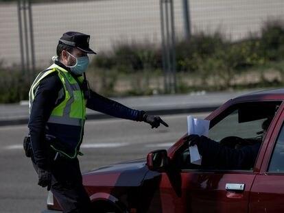 Un agente de policía controla el tráfico, en Madrid, este miércoles.