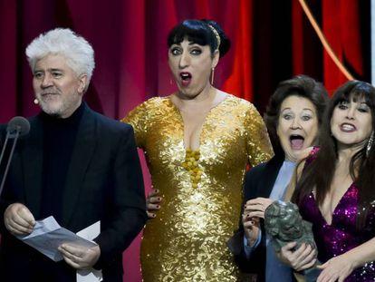 Hace 30 años, Pedro Almodóvar ganaba el Goya a mejor película por 'Mujeres al borde de un ataque de nervios'. Anoche el director manchego volvió a subir al escenario, acompañado de Rossi de Palma, Julieta Serrano y Loles León. EN vídeo, resumen de la gala.
