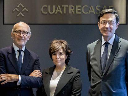 Sáenz de Santamaría, con Rafael Fontana, presidente ejecutivo de Cuatrecasas (izquierda), y Jorge Badía, director general. En vídeo, declaraciones de Ábalos.
