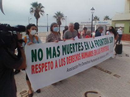 Concentración de la APDHA en Barbate (Cádiz), este pasado domingo tras un nuevo naufragio de pateras.