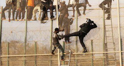 Imagen de un salto de la valla de Melilla, en 2014.