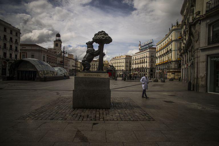 Un hombre pasea por la Puerta del Sol de Madrid el 23 de marzo.