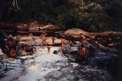 Un grupo de indigenas araweté, a orillas de un río tras un día de caza.