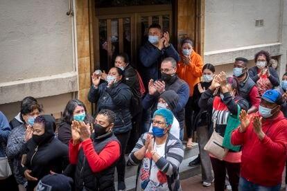 Los vecinos celebran el aplazamiento del desahucio en la calle Rasos de Peguera 85, en Ciutat Meridiana, Barcelona.