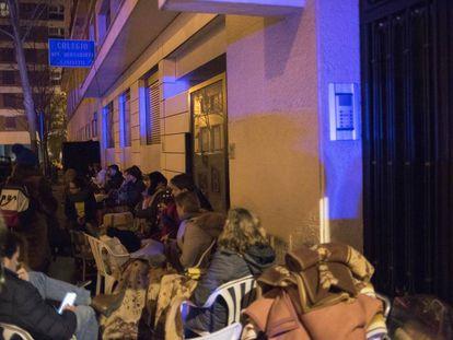 Decenas de padres hacen cola en la puerta del colegio Santa Bernardita de Madrid la noche del martes.