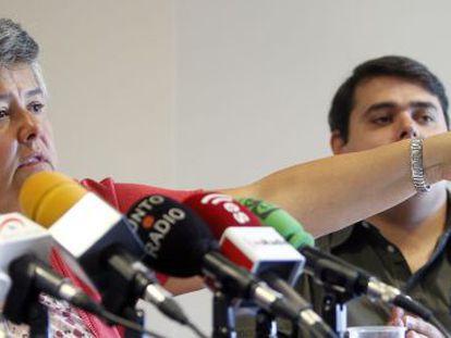 Pilar Vera y José Pablo Flores, de la asociación de afectados, comparecen ante los medios.