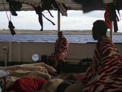 Migrantes abordo del 'Open Arms' cerca de la isla de Lampedusa, este jueves.