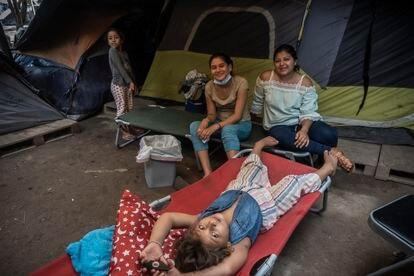 Génesis y sus compañeras en el campamento.