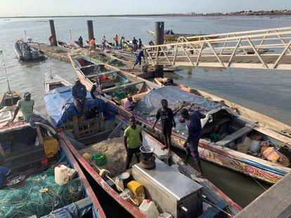 Muelle de la Armada gambiana, donde conviven pescadores, buques de guerra y pesqueros chinos, en Banjul, en 2020.