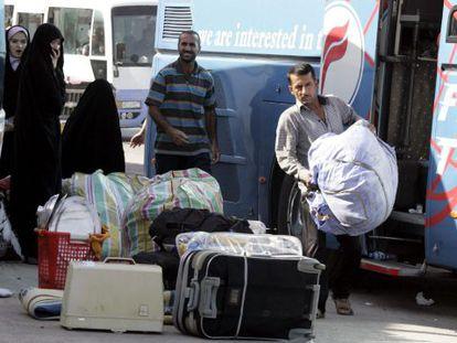 Una familia iraquí que huye del conflicto en Siria llega a Bagdad.