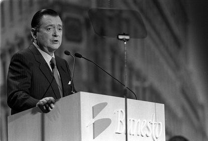 Alfredo Sáenz interviene en la junta de accionistas de Banesto en febrero de 1997.
