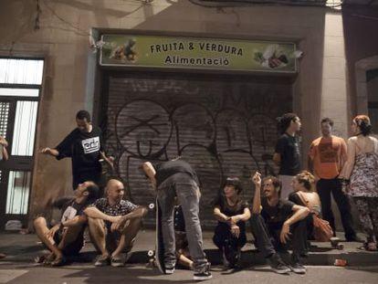 Un grupo de jóvenes disfruta de la noche barcelonesa en medio de la calle el pasado verano.