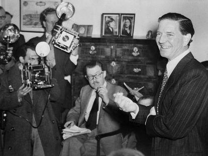 Philby, en una rueda de prensa en 1955 en la que convenció a propios y extraños de que no era un espía soviético. El engaño duró todavía ocho años más.