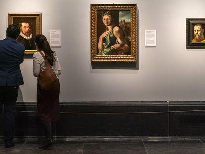 Visitantes en la exposición 'El legado de Carmen Sánchez. La última lección' en el Museo del Prado, Madrid.