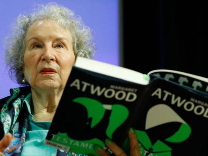 Atwood, en una lectura de su novela ayer en Londres. En vídeo, entrevista a la autora de 'Los Testamentos'.