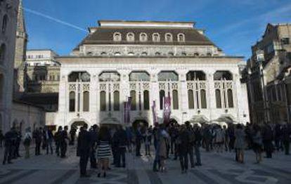 Un grupo de personas permanece frente al Guildhall, donde se está llevando a cabo la edición 2014 de los Premios de los 50 Mejores Restaurantes del Mundo hoy, lunes 28 de abril de 2014, en Londres (R.Unido).