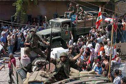 Un convoy del Ejército libanés es recibido ayer en Shebaa, cerca de la frontera con Israel.