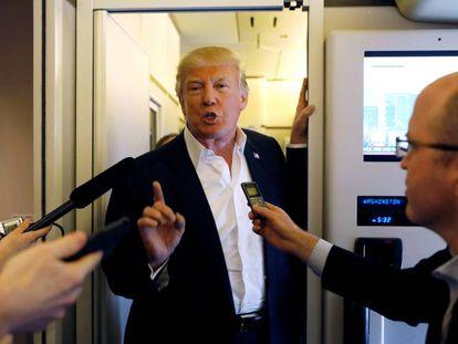 Donald Trump habla con periodistas a bordo del Air Force One.