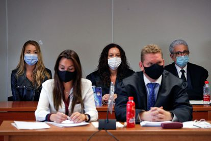 En primer plano, los dos abogados de la familia de Antonio Navarro, el ingeniero asesinado en 2017, y detrás su viuda, Maje, con sus defensores.