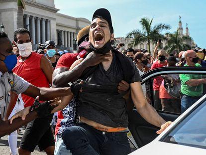 Momento en que la policía arresta a un hombre durante las protestas en La Habana el 11 de julio.