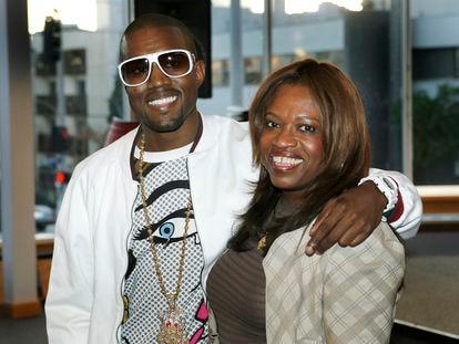 Kanye West y su madre, Donda West, en mayo de 2007, meses antes de que ella falleciera.