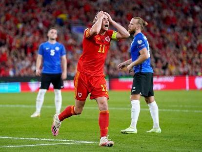 Gareth Bale lamenta una ocasión fallada en el partido de Gales contra Estonia.