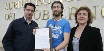 El miembro de IU Juan Antonio Aguilar, flanqueado por la parlamentaria Alba Doblas y el coordinador de IU, Pedro García, durante la presentación de la denuncia contra el Gobierno en abril.