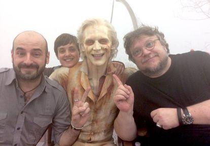 David Martí (izquierda) y Montse Ribé, junto a Tom Hiddleston y Guillermo del Toro, en el rodaje de 'La cumbre escarlata'.