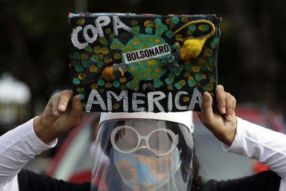 Una mujer protesta en contra de la realización de la Copa América, en Brasilia.