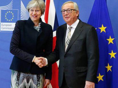 Jean-Claude Juncker y Theresa May, antes de iniciar el almuerzo en Bruselas. En vídeo, declaraciones de Juncker y May.