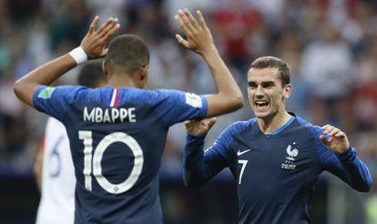 Antoine Griezmann celebra con Kylian Mbappé el gol de Pogba.