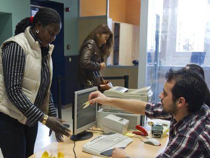 Una mujer inmigrante acude a una oficina de extranjería en Sevilla.