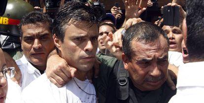 Leopoldo López (centro) en el momento de entregarse a las autoridades venezolanas el 18 de febrero de 2014.