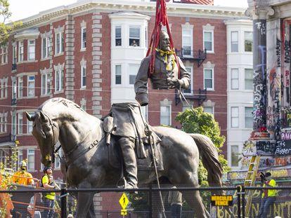Trabajadores transportan el torso de la estatua de Robert Lee tras bajarla de su pedestal, este miércoles en Richmond (Virginia).
