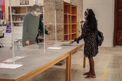 Una biblioteca pública de Comunidad Valenciana con mamparas necesarias para abrir sus puertas en desescalada.