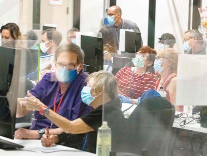 Trabajadores electorales escrutando los votos este jueves en Phoenix, Arizona.