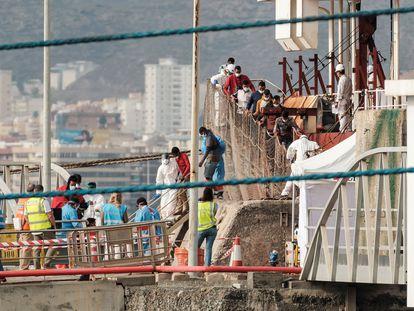 Llegada del carguero 'Ever Grace' el pasado 11 de agosto al puerto de Las Palmas de Gran Canaria con los 30 supervivientes de la patera que rescató a la deriva.