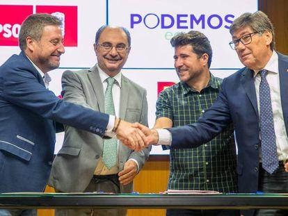 De izquierda a derecha, Jose Luis Soro (Chunta Aragonesista), Javier Lambán (PSOE), Nacho Escartín (Podemos) y Arturo Aliaga (Partido Aragonés).