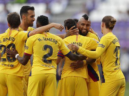 Los jugadores del Barça felicitan a Arturo Vidal tras el gol.