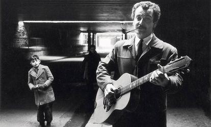 Georges Brassens, retratado con su guitarra y su pipa en plena calle por Robert Doisneau en 1952.