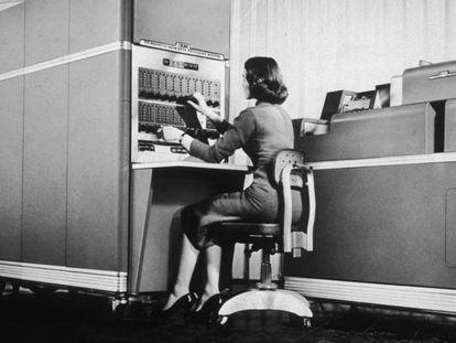 Trabajadora en un ordenador de IBM