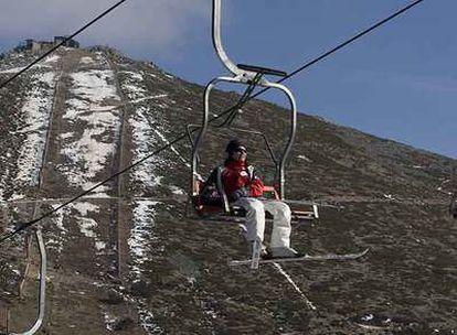 La estación de esquí de Navacerrada, en la sierra de Madrid,  sólo tenía abierto el pasado jueves un kilómetro de pistas de los más de 10 que suma en sus instalaciones.