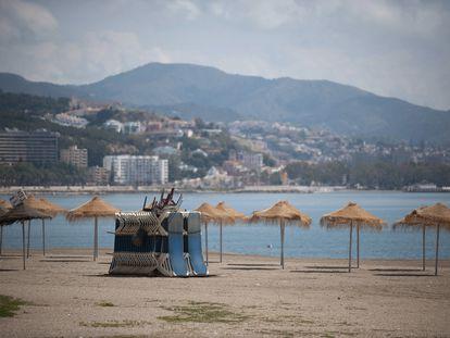 Hamacas apiladas en la playa de la Malagueta (Málaga).