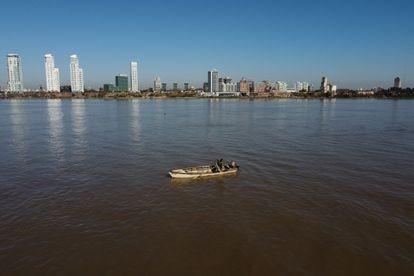 Un pescador artesanal de la comunidad de Espinillo en el río Paraná. Las comunidades locales se han visto muy afectadas por la bajada histórica de las aguas, el peor registro de los últimos 77 años.