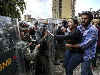 La diputada de la oposición venezolana Amelia Belisario (C) discute con soldados de la Guardia Nacional frente al Tribunal Supremo de Justicia, en Caracas.