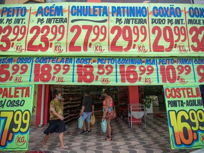 Carteles de precios en un mercado en Brasilia (Brasil).